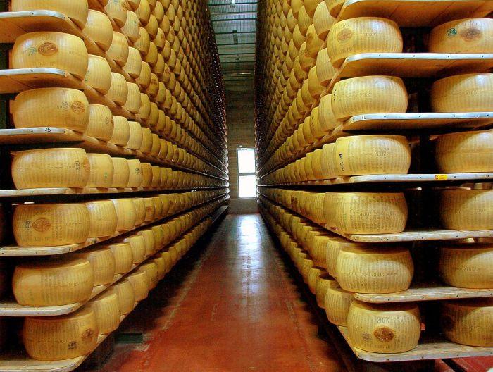 1280px-Parmigiano_reggiano_factory